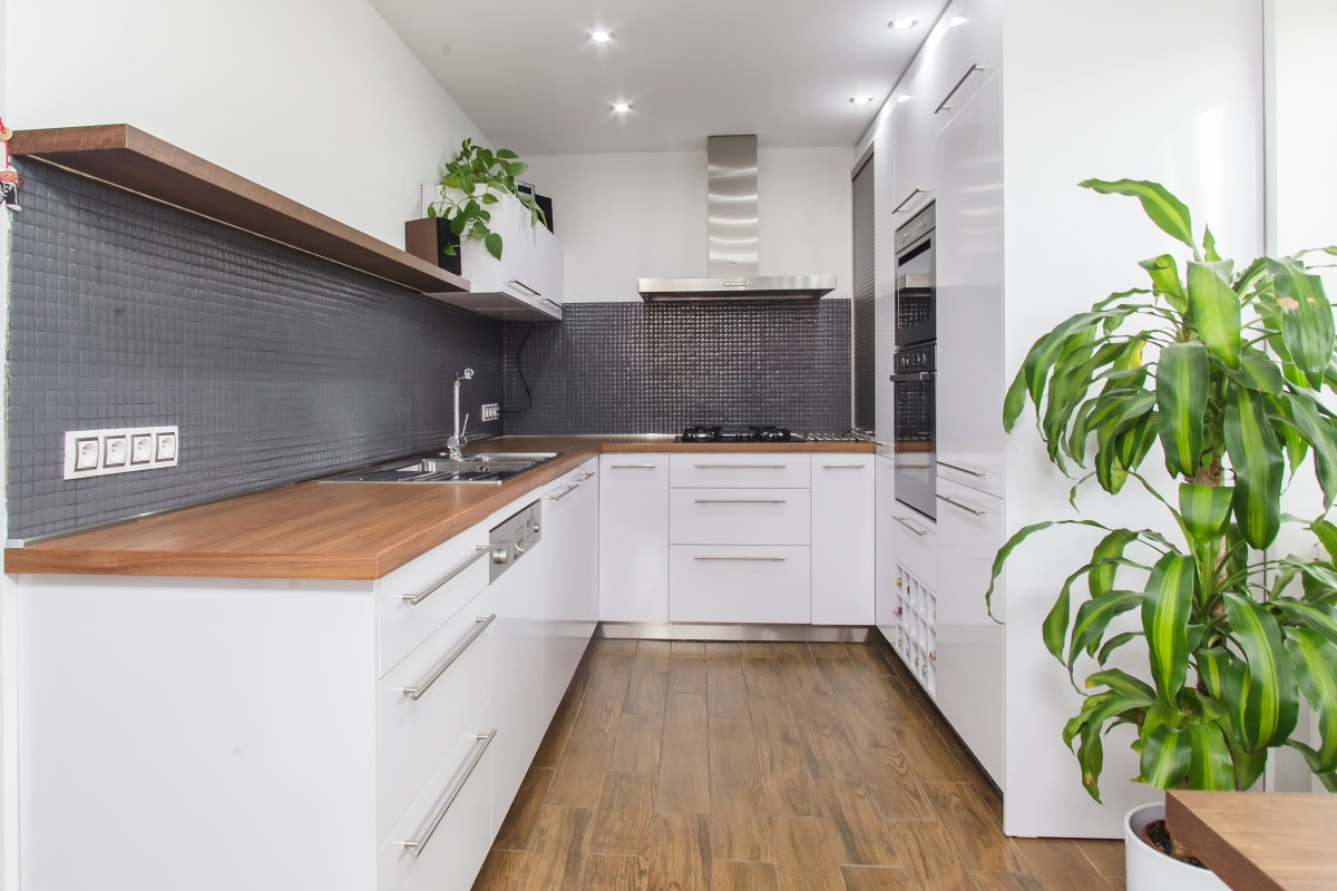 Duplex flat - The kitchen has a plenty of practical storage spaces, such as a corner cabinet with a shutter, bottle boxes, or fitted waste sorting bin.
